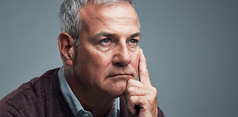 An older man is experiencing memory loss with age symptoms