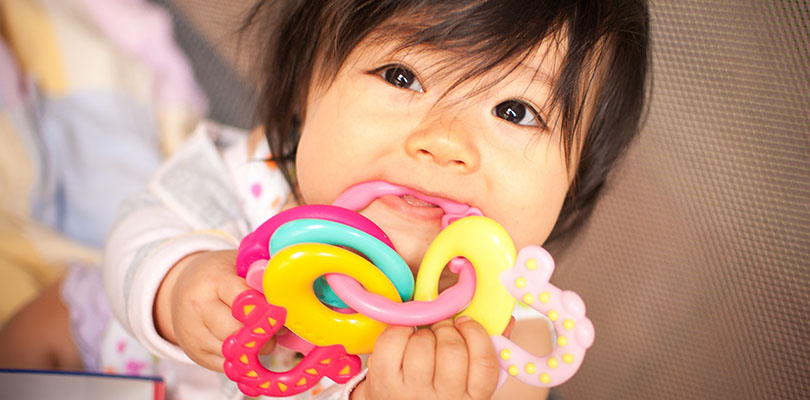 A small child is teething